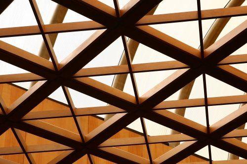 delle travi in legno incrociate di un tetto