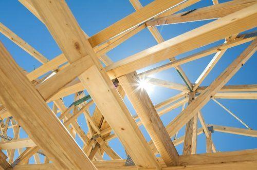 delle travi in legno chiaro di un tetto