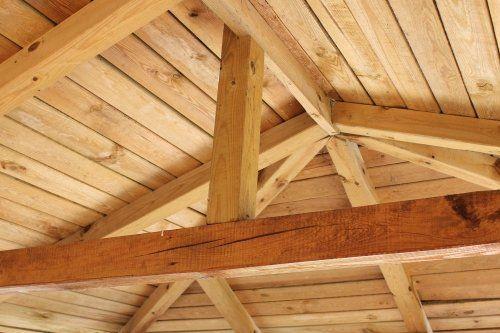 un tetto in legno visto da dentro