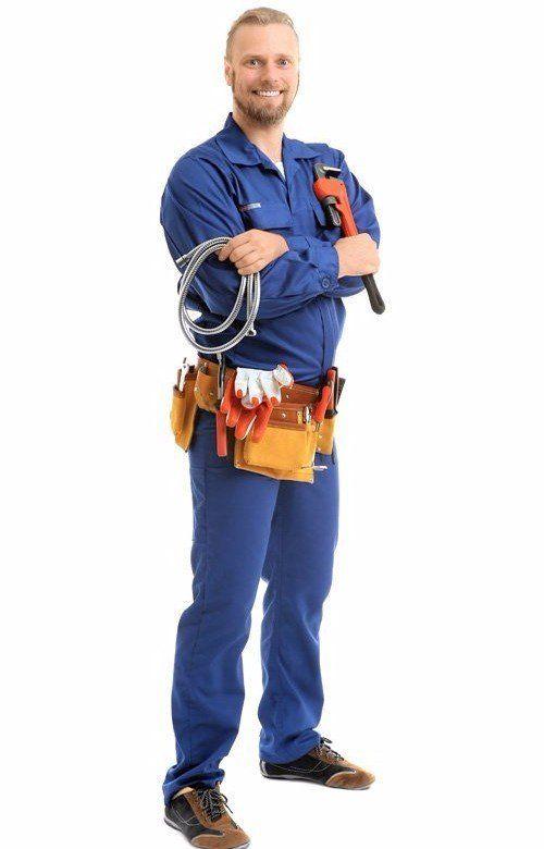 idraulico con chiave a tubo e tubo flessibile isolato su bianco