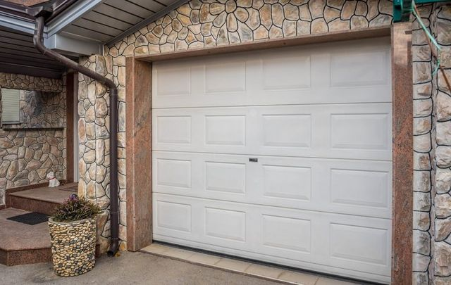 Garage door types laredo zapata tx h i garage doors for Garage door materials