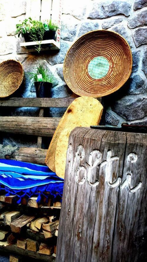 Dettaglio dell'esterno del ristorante dove si apprezza l'importanza del legno presente in cucina e in un solo pezzo si può leggere il nome del ristorante