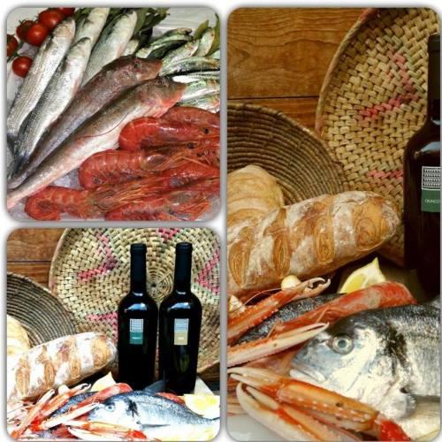 Gli ingredienti grezze della cucina del ristorante: pane, vino,pesce e frutti di mare