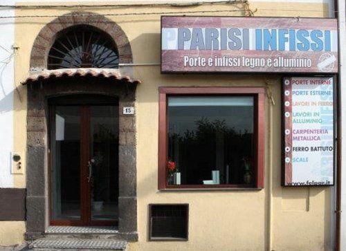 Vista frontale dello showroom Parisi Infissi Di Felice Parisi ad Ottaviano