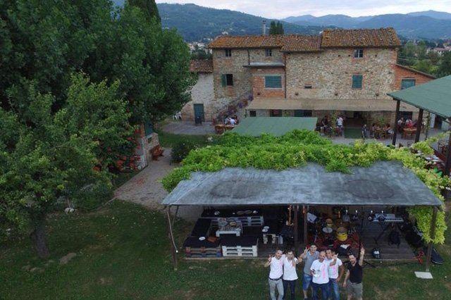 vista dall`alto di un`area esterna di ristoro