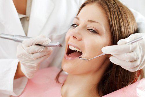 paziente pronta per una visita dentistica