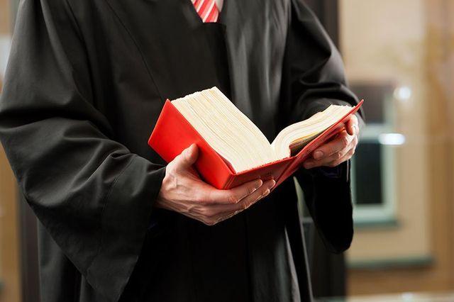 avvocato consultando un libro