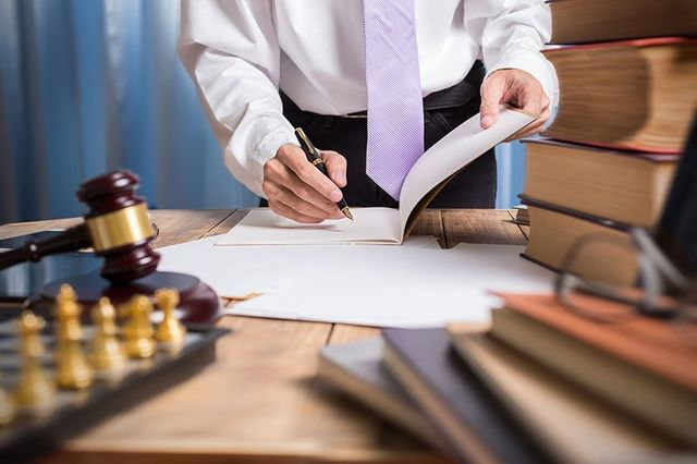 avvocato siglando circa documenti