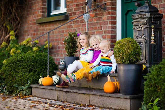 Tre bambini seduti sui gradini di accesso alla casa.gli Avvocati dello Studio si occupano di tutela dei diritti dei minori