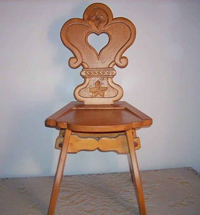 Sedia in legno intagliata a mano