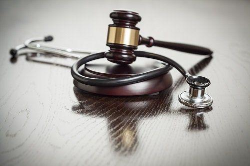 Stetoscopio intorno della maza della giustizia