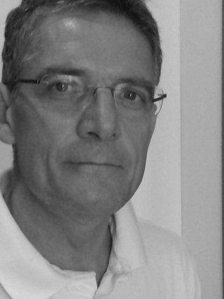 foto in bianco e nero di un signore con gli occhiali