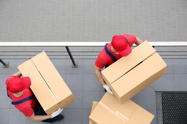 Operai che trasportano degli scatoloni