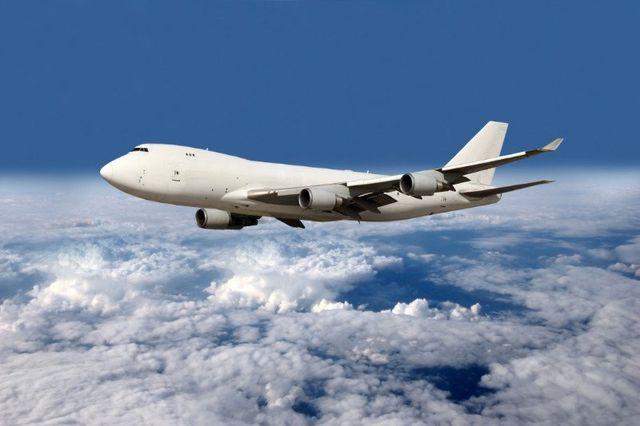 un aereo di linea nel cielo