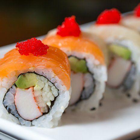 Vista ravvicinata di un piatto di sushi con surimi,avocado,salmone e uova rosse di salmone