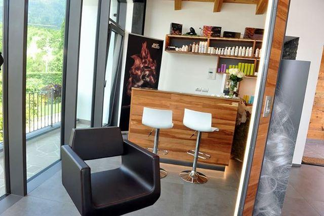 sala per parrucchieri con poltrona in primo piano