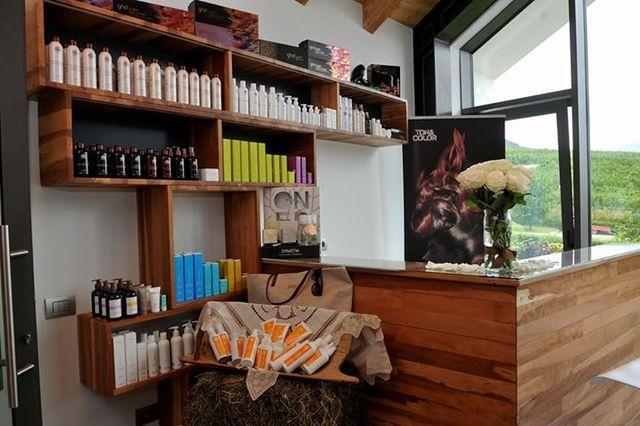 esposizione di prodotti per capelli in saletta  di parrucchieria