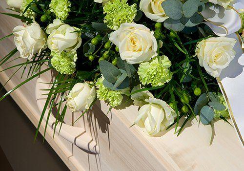 un bara e un bouquet di fiori bianchi