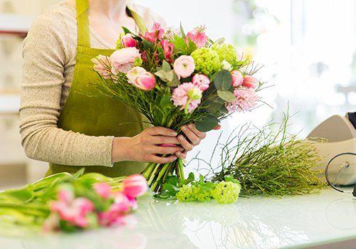 una donna in una fioriera con un bouquet di fiori
