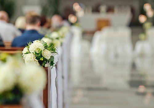 dei fiori bianchi in una chiesa