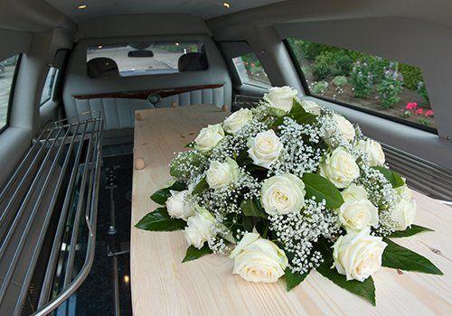 una bara in un carro funebre