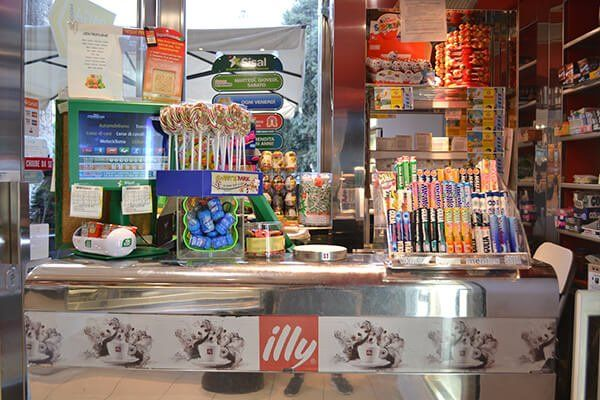 Schedine dell'Enalotto, gratta e vinci, gomme e caramelle disposti su un bancone