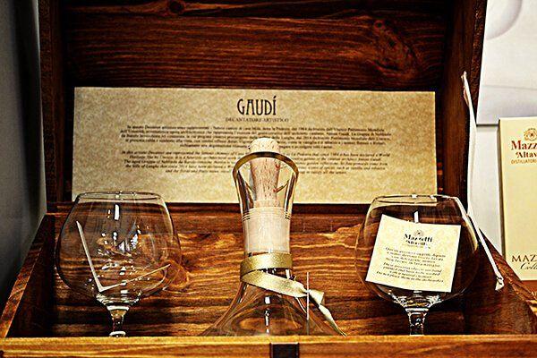 Grappa del Monferrato con a fianco due bicchieri da brandy