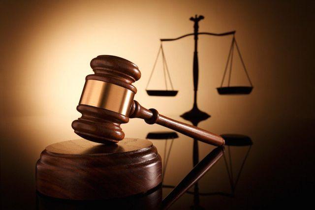 martello del giudice con bilancia