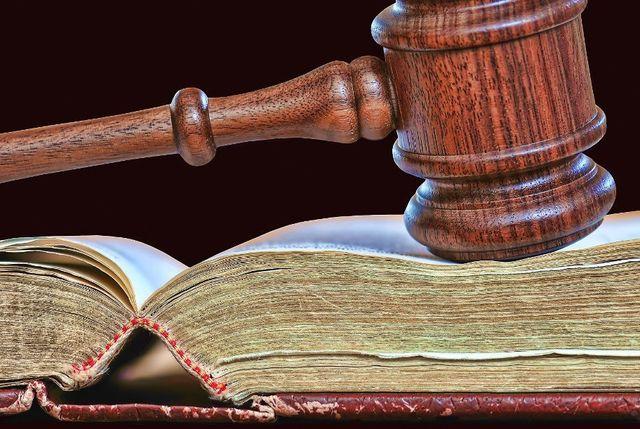 martello del giudice  su un libro