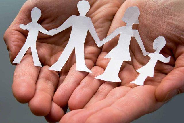 mano con una famiglia di carta