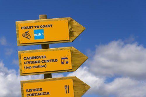 dei cartelli stradali di legno con delle indicazioni