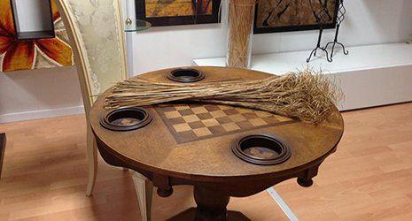 un tavolo in legno con dei disegni a scacchi neri