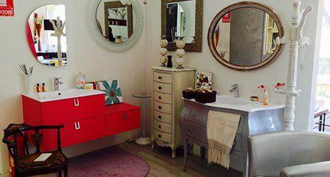 arredo bagno, in rosso e moderno o in grigio metallizzato e stile classico, con specchi e cassettiere ed altri complementi