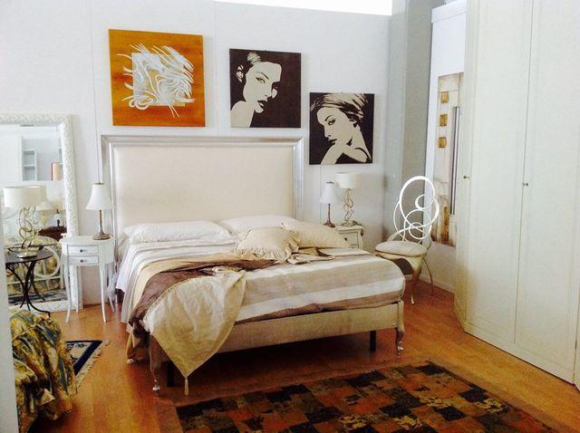 camera da letto con quadri alle pareti