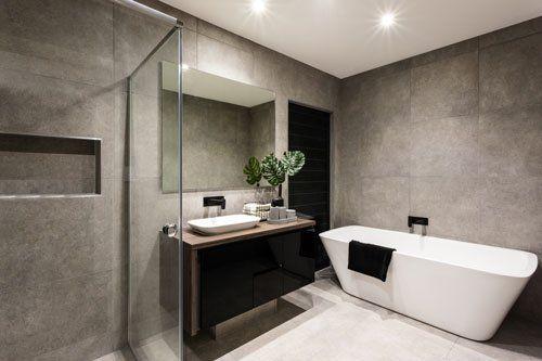 Bagno moderno con una zona doccia e vasca da bagno