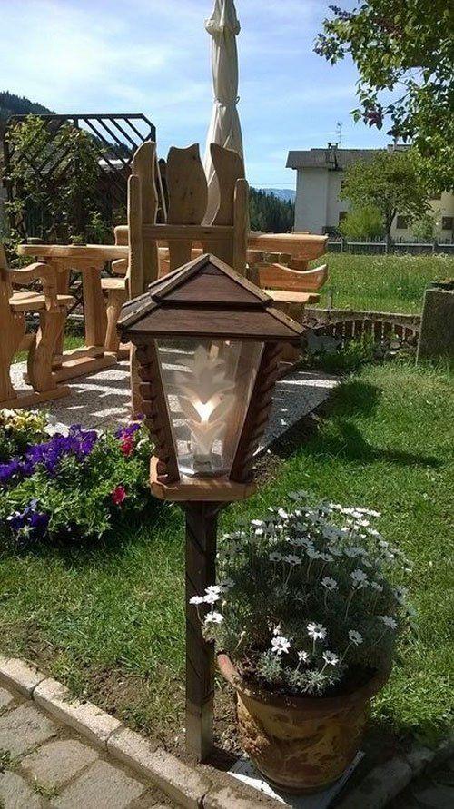 Lampada da giardino in legno all'esterno