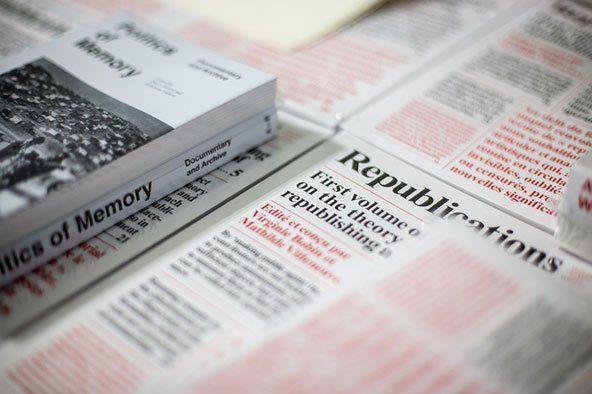 alcuni fogli stampati con scritte rosse e nere e accanto un libro