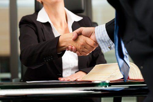 stretta di mani tra avvocato e cliente