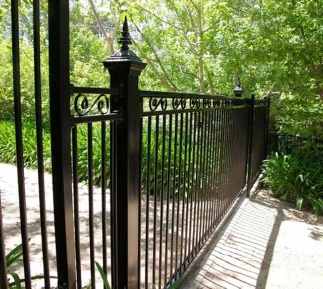 CHELSEA SLIDING GATE WITH VICTORIAN CAPITALS
