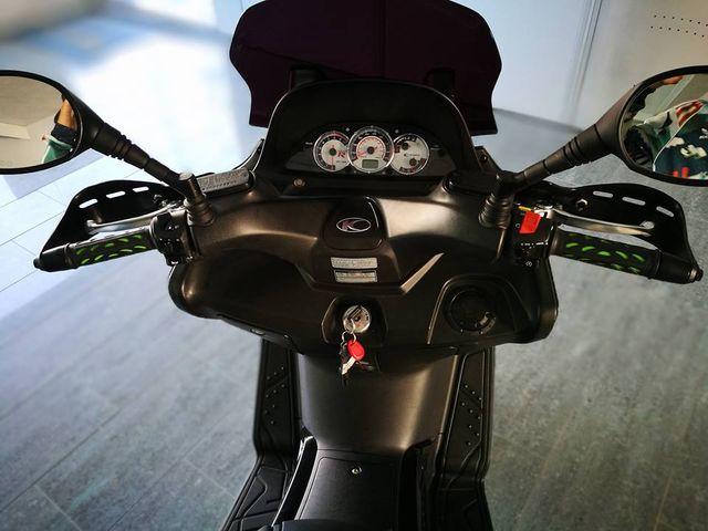 Primo piano del pannello di controllo della moto
