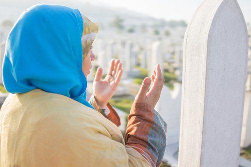 Donna di religione islamica in preghiera