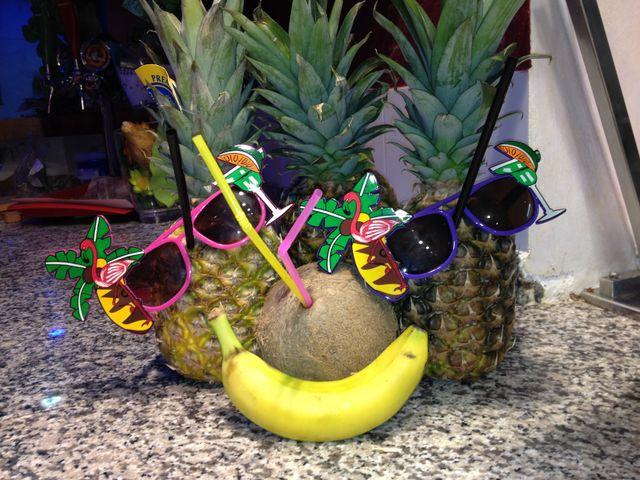 due ananas, una noce di cocco e una banana decorati in stile estivo