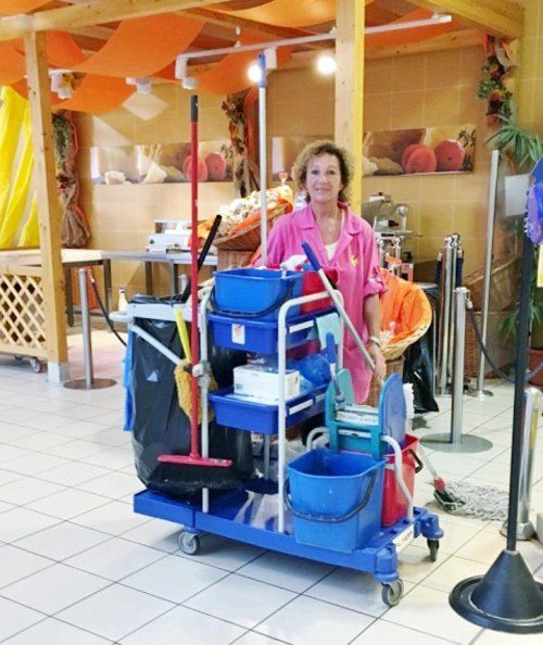 donna con strumenti per le pulizie