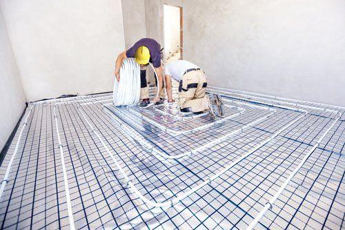 operai lavorano su un impianto a pavimento