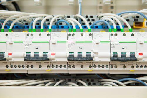 una serie di contatori elettrici con i relativi interruttori