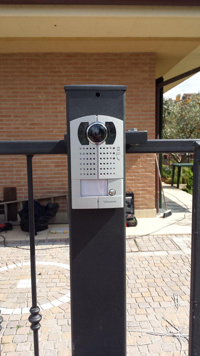 Un videocitofono installato su un cancelletto