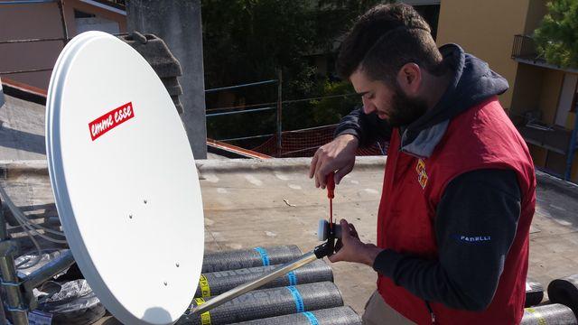 Un uomo installa una parabola