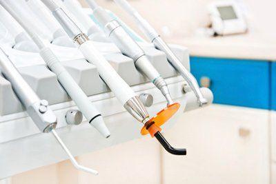 strumenti dentali sulla poltrona di un dentista