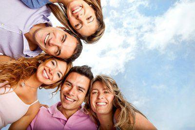 cinque persone sorridono