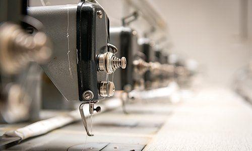 una serie di macchine da cucire